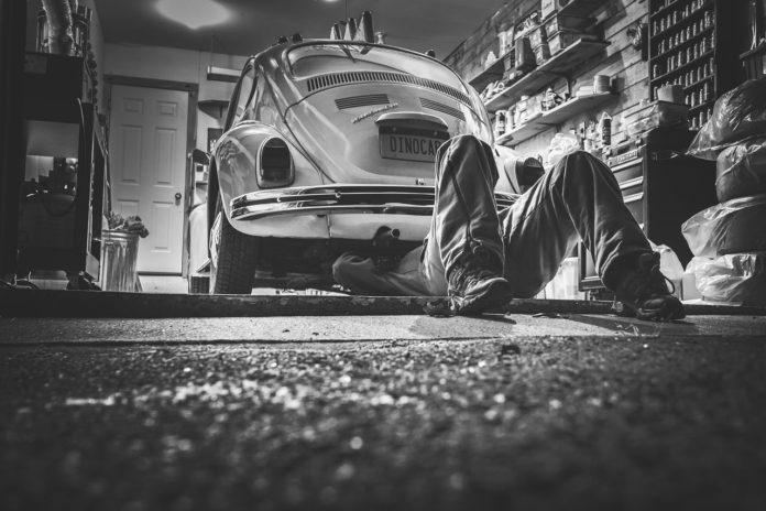 Reparerer bil